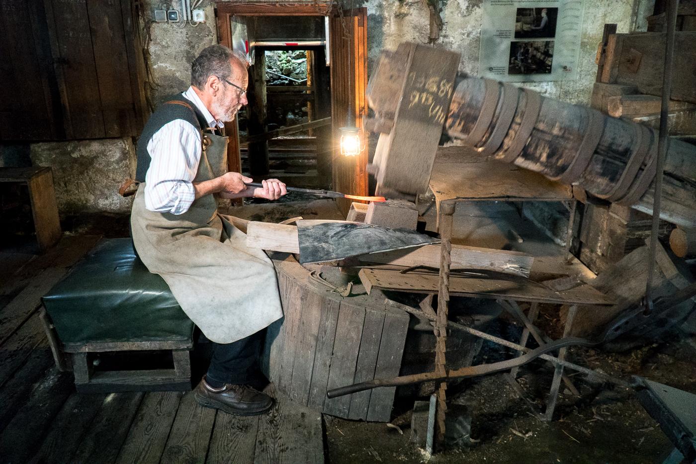 Artisan de la forge au musée de la faux d'Autriche