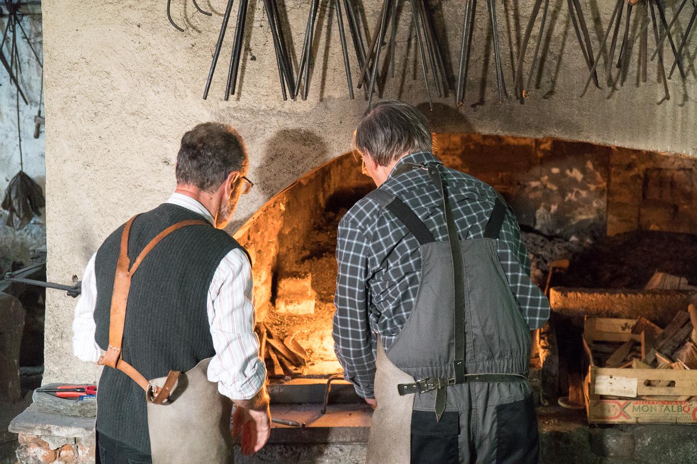 Artisans devant le feu à la Deutschfeistritz Scythe Forge Museum
