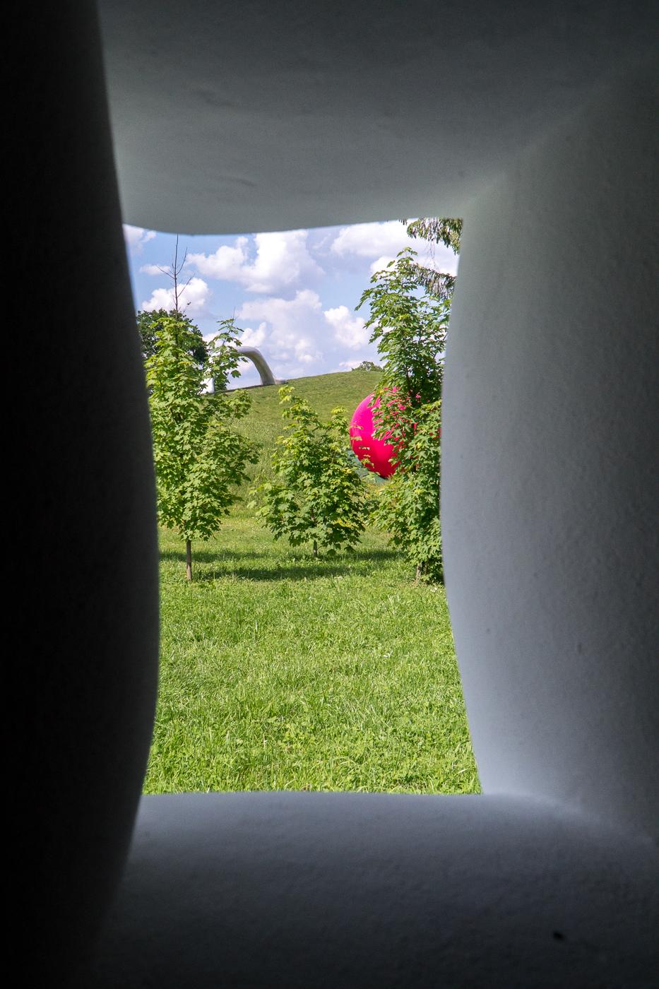 Boule rose par la fenêtre au Skulpturen Park Graz