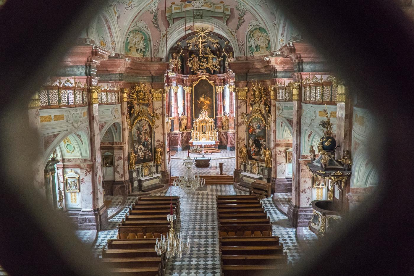 Chapelle/Église vue par un muret au Stift Rein