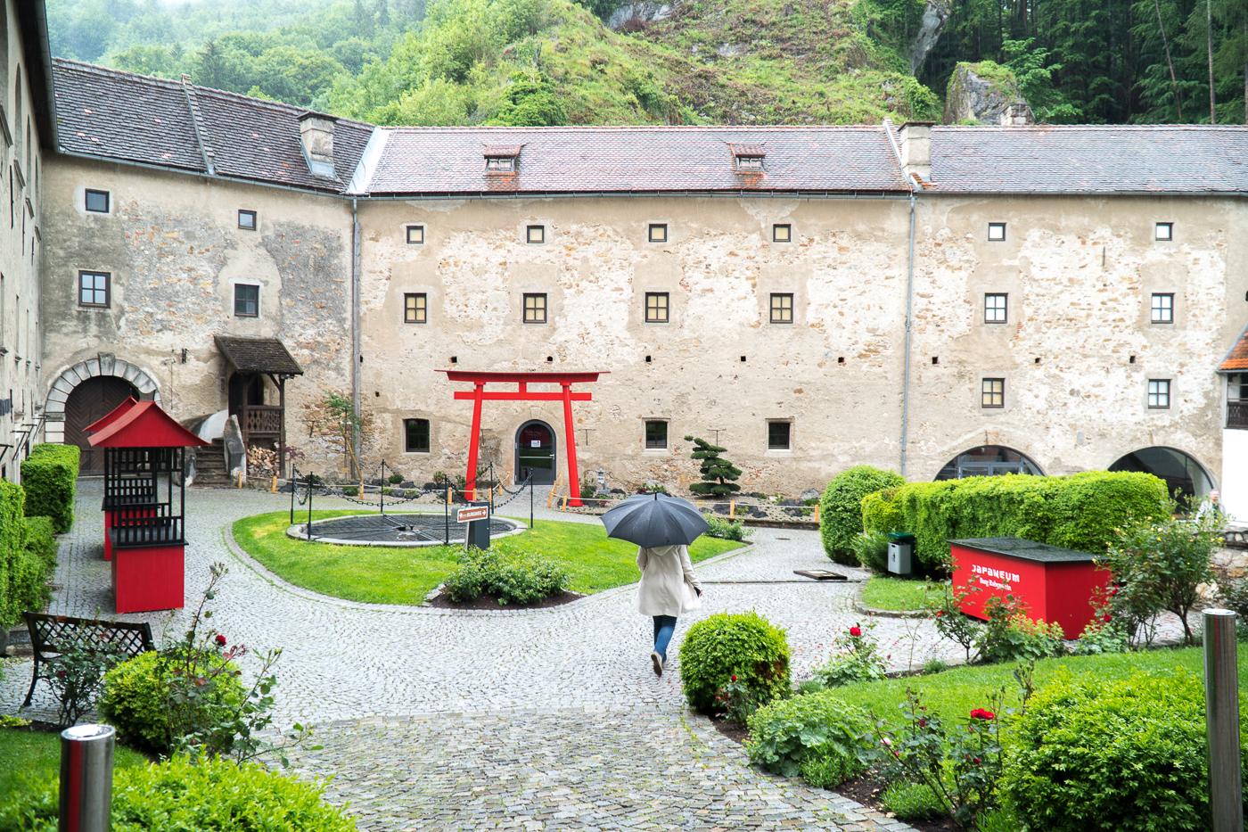 Cour intérieure asiatique du Burg Rabenstein en Autriche