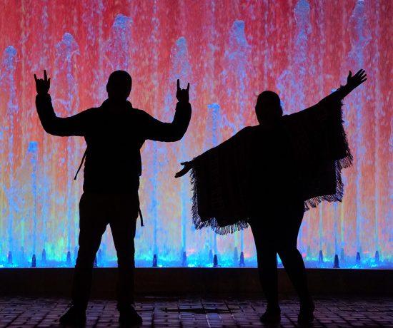 Danse devant fond rouge et bleu au Pérou