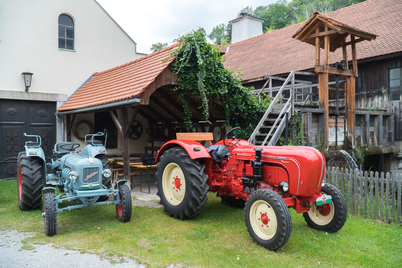 Deux tracteurs devant le Deutschfeistritz Scythe Forge Museum de Styrie