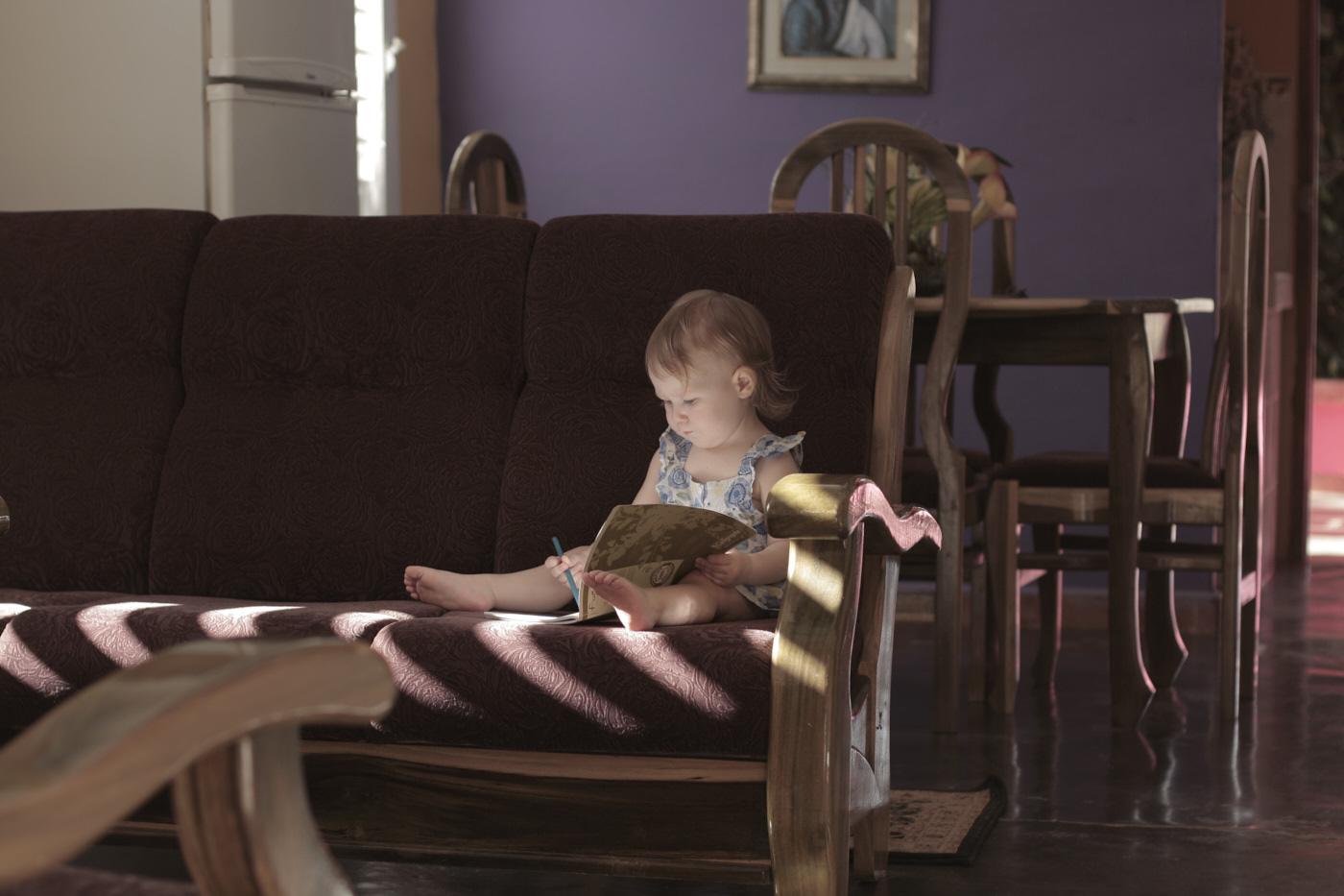 Enfant sur le sofa dans une casa particular à Cuba