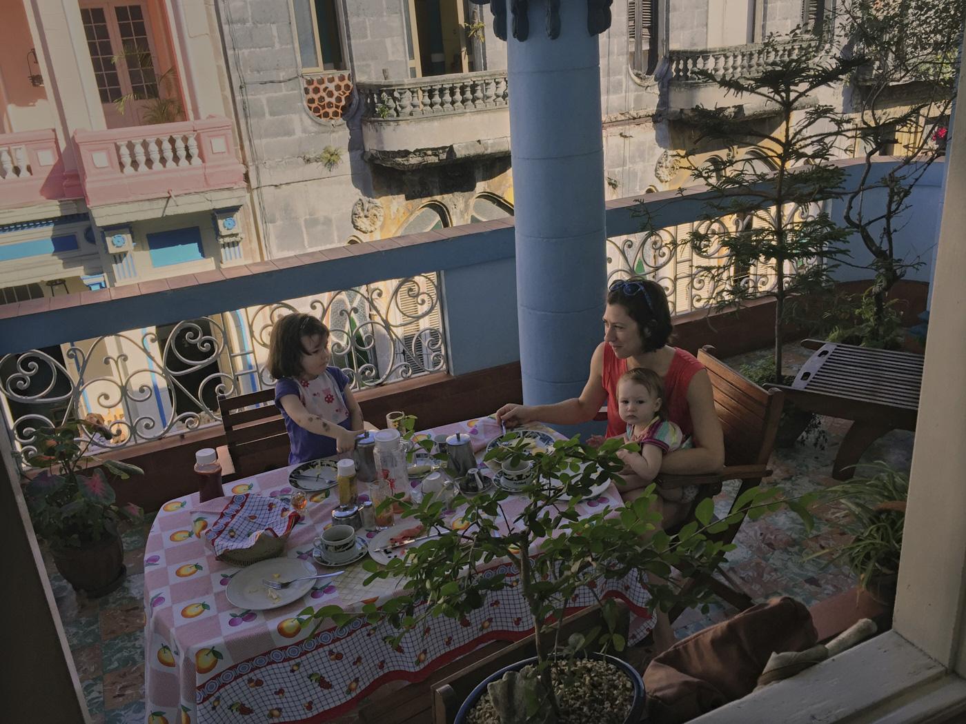 Famille qui déjeune sur le balcon cubain