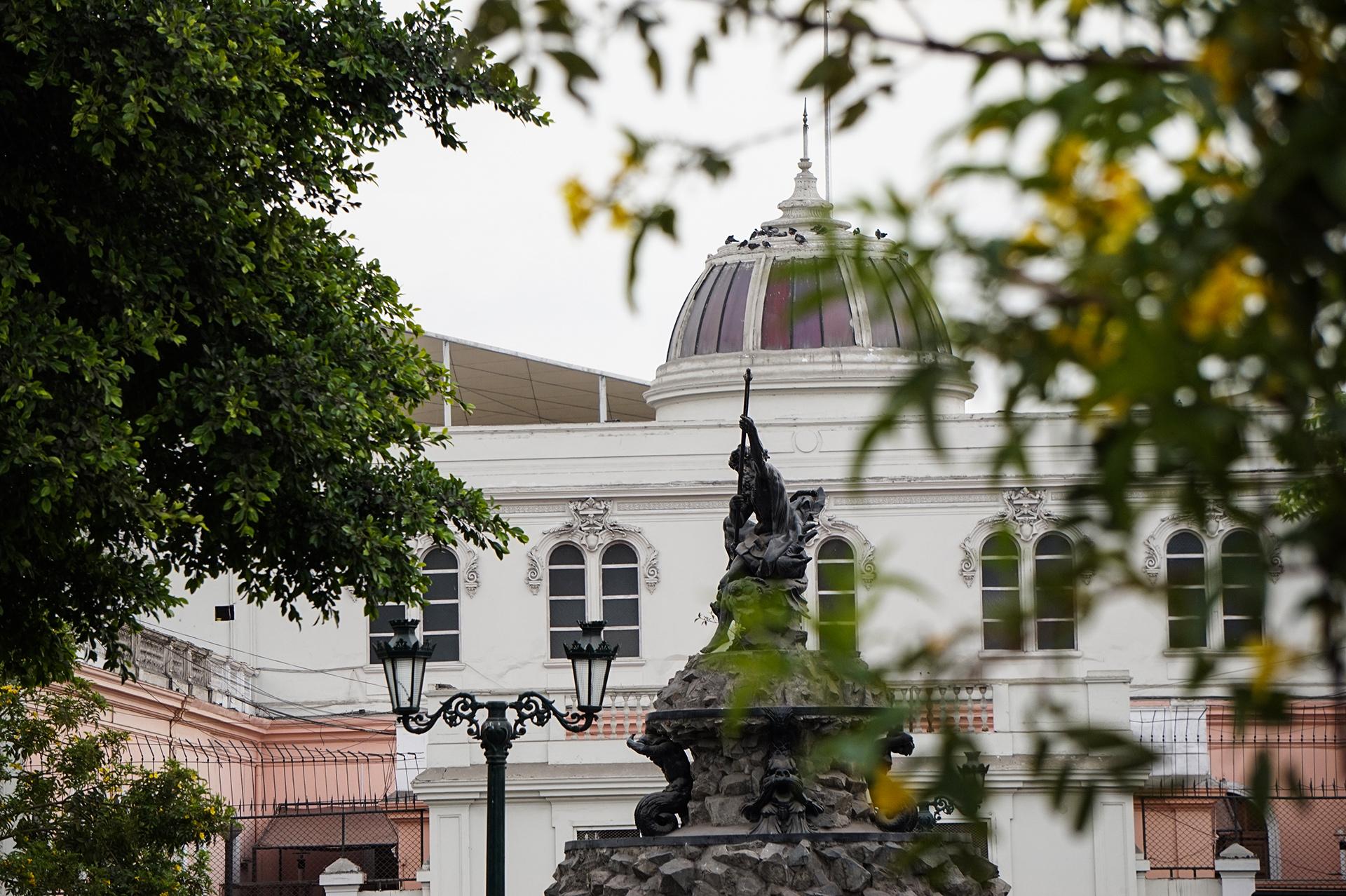 immeuble blanc et statue à Lima