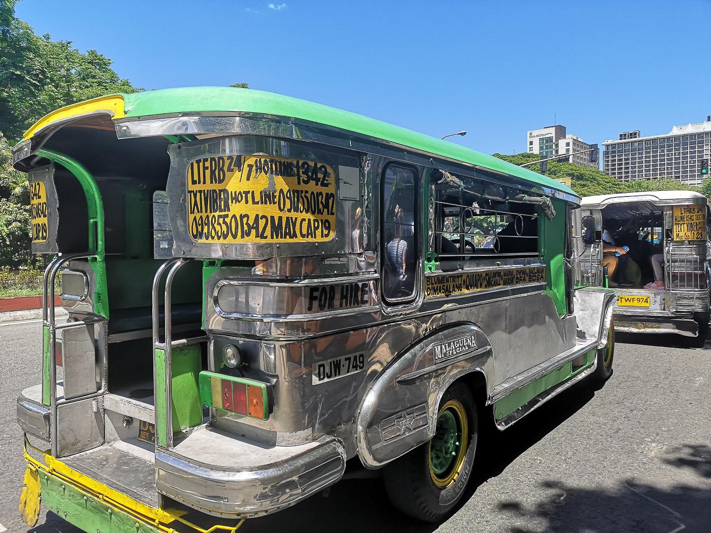 Jeepney argent et vert pour le transport aux Philippines