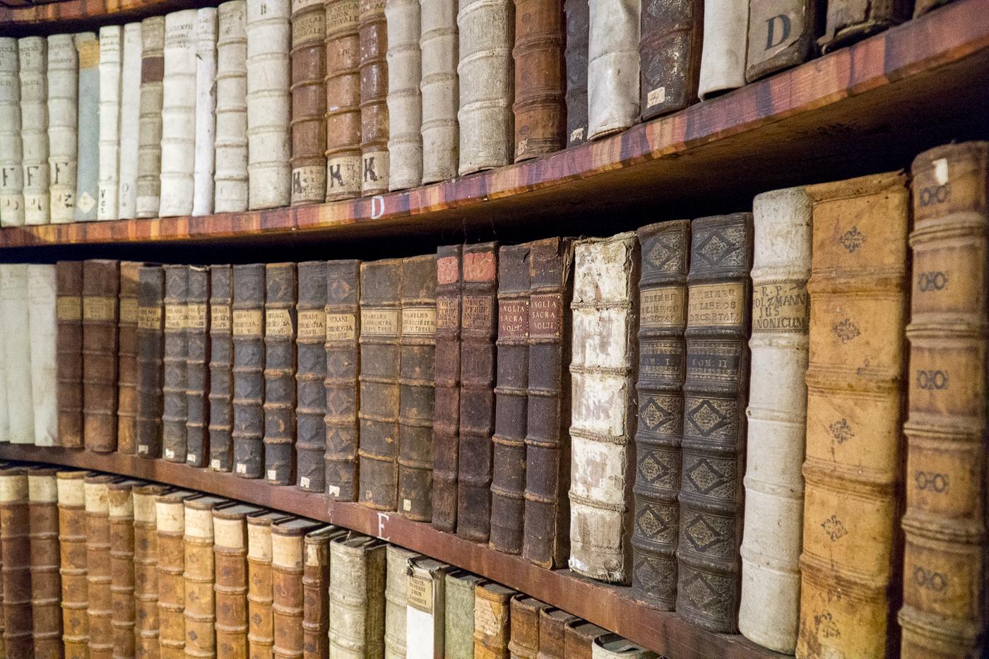 Livres sur les tablettes de la bibliothèque du Stift Rein