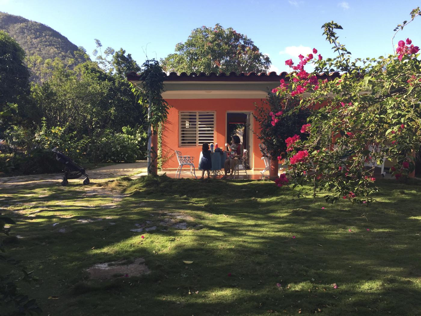 Maison orange entourée de nature à Cuba