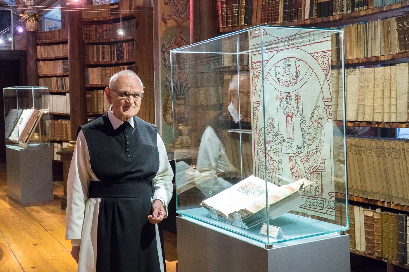 Père August Janisch dans la bibliothèque