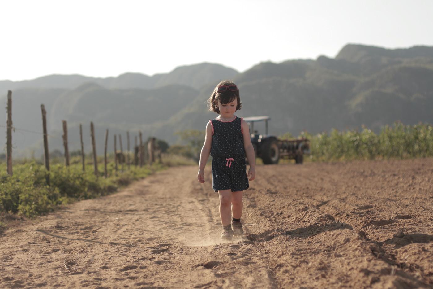 Petite fille qui joue dans la terre à Cuba