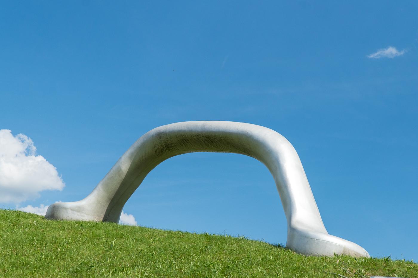 Poignée géante d'art au parc de sculptures près de Graz, Autriche