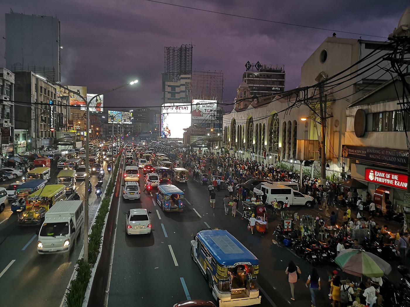 Rue chaotique de Manille pleine de voitures