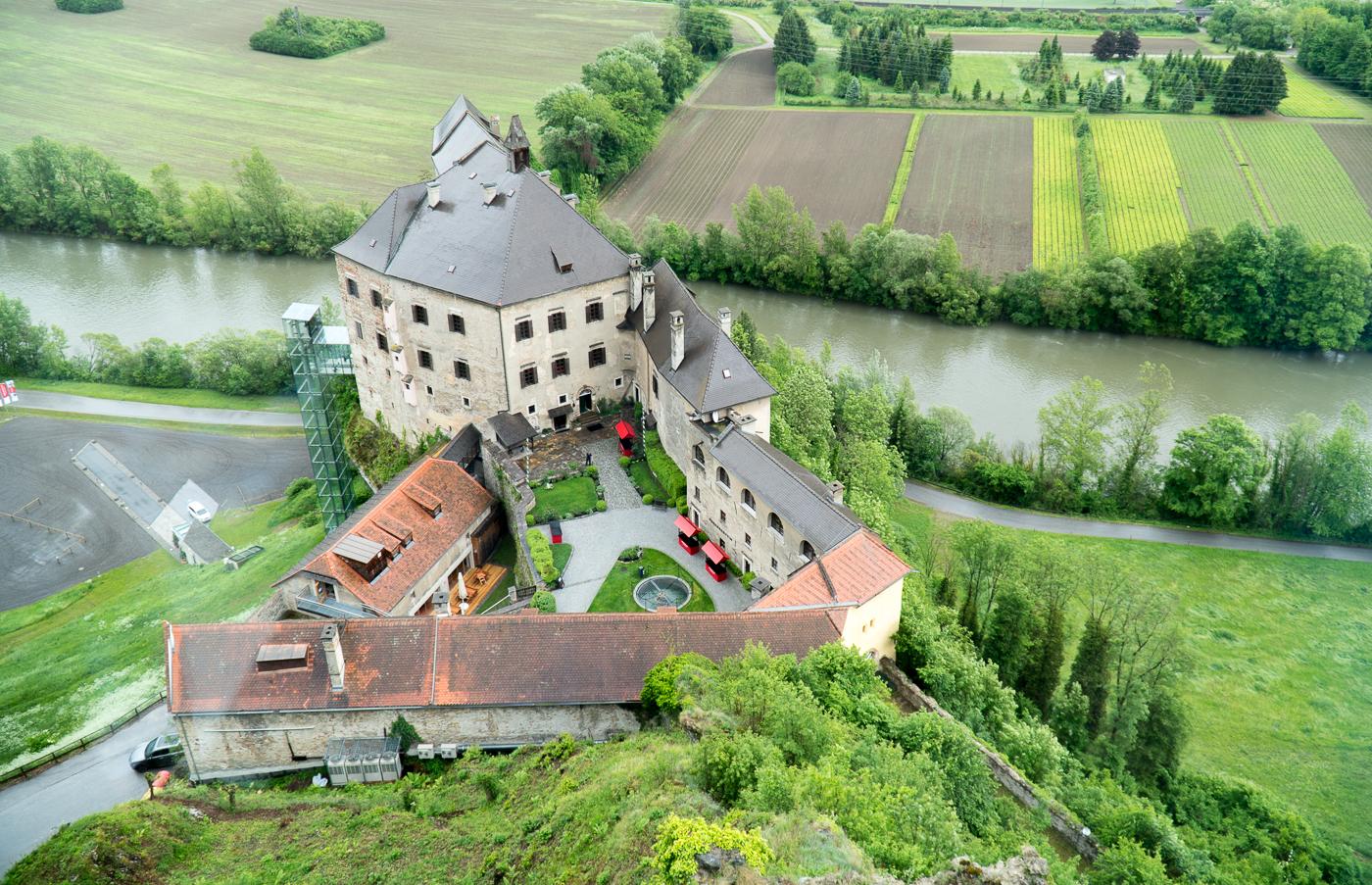 Vue du Burg Rabenstein par le bureau moderne du patron