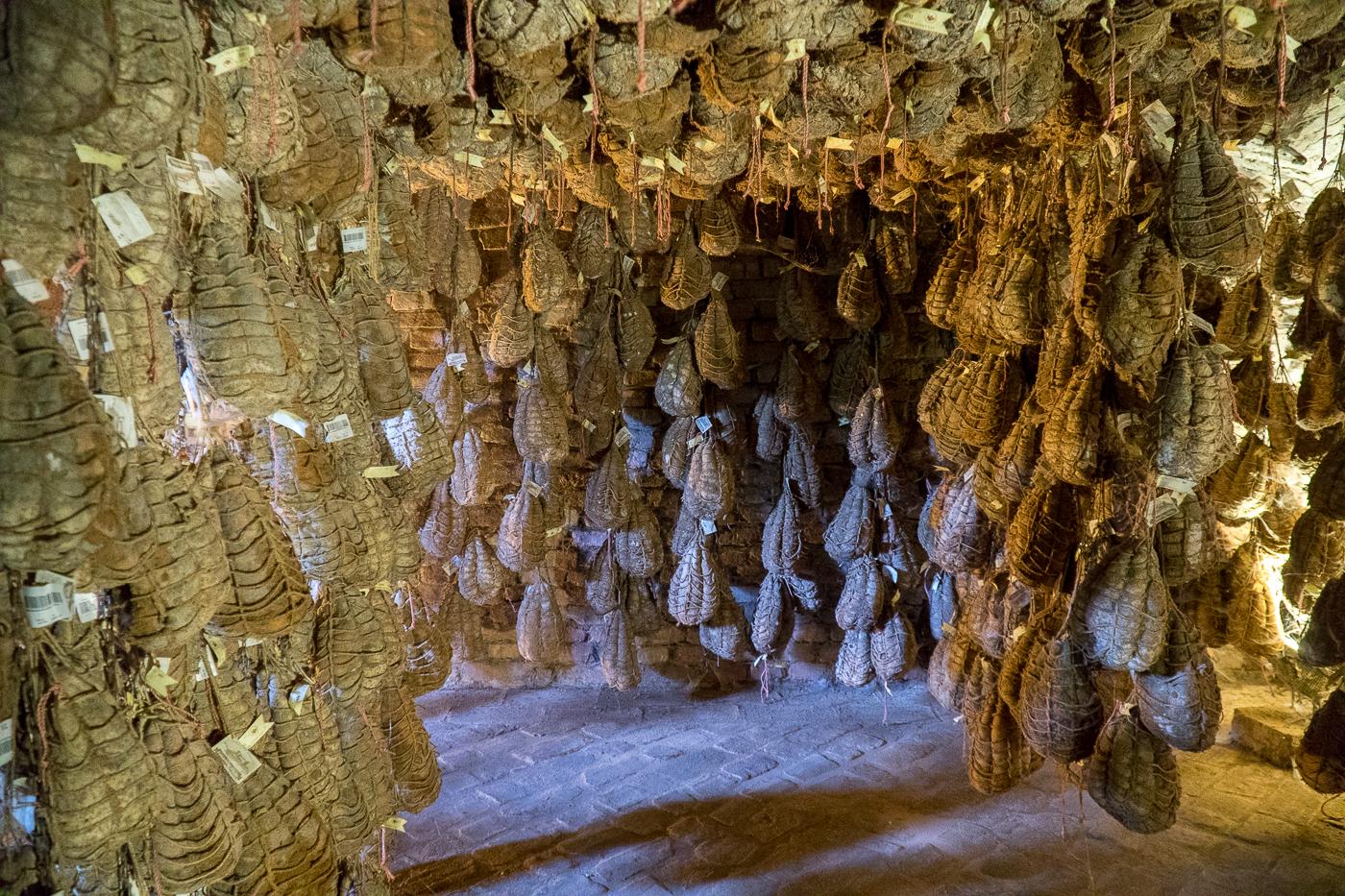 Cave de culatello suspendus à Parme - Quoi manger en Émilie-Romagne