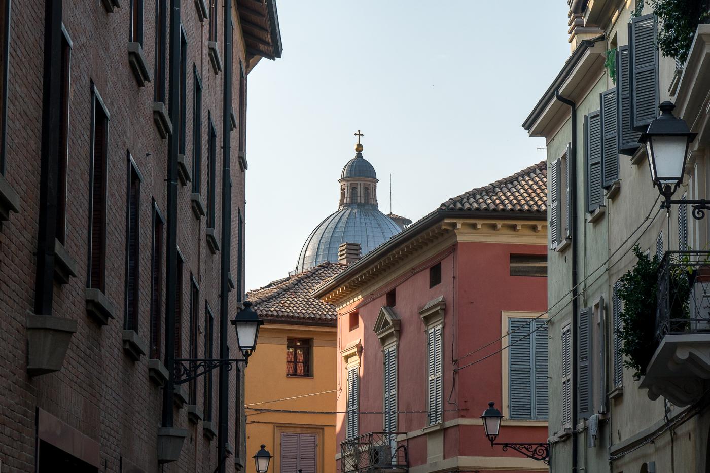 Coupole au-dessus des toits de Reggio Emilia