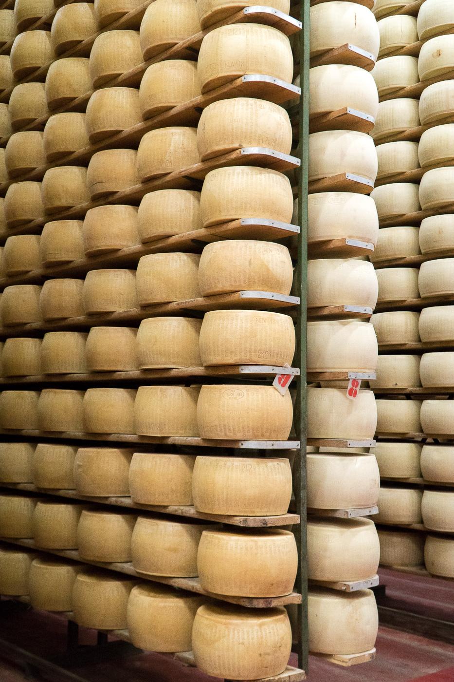 Étagères de meules de parmesan, Émilie-Romagne