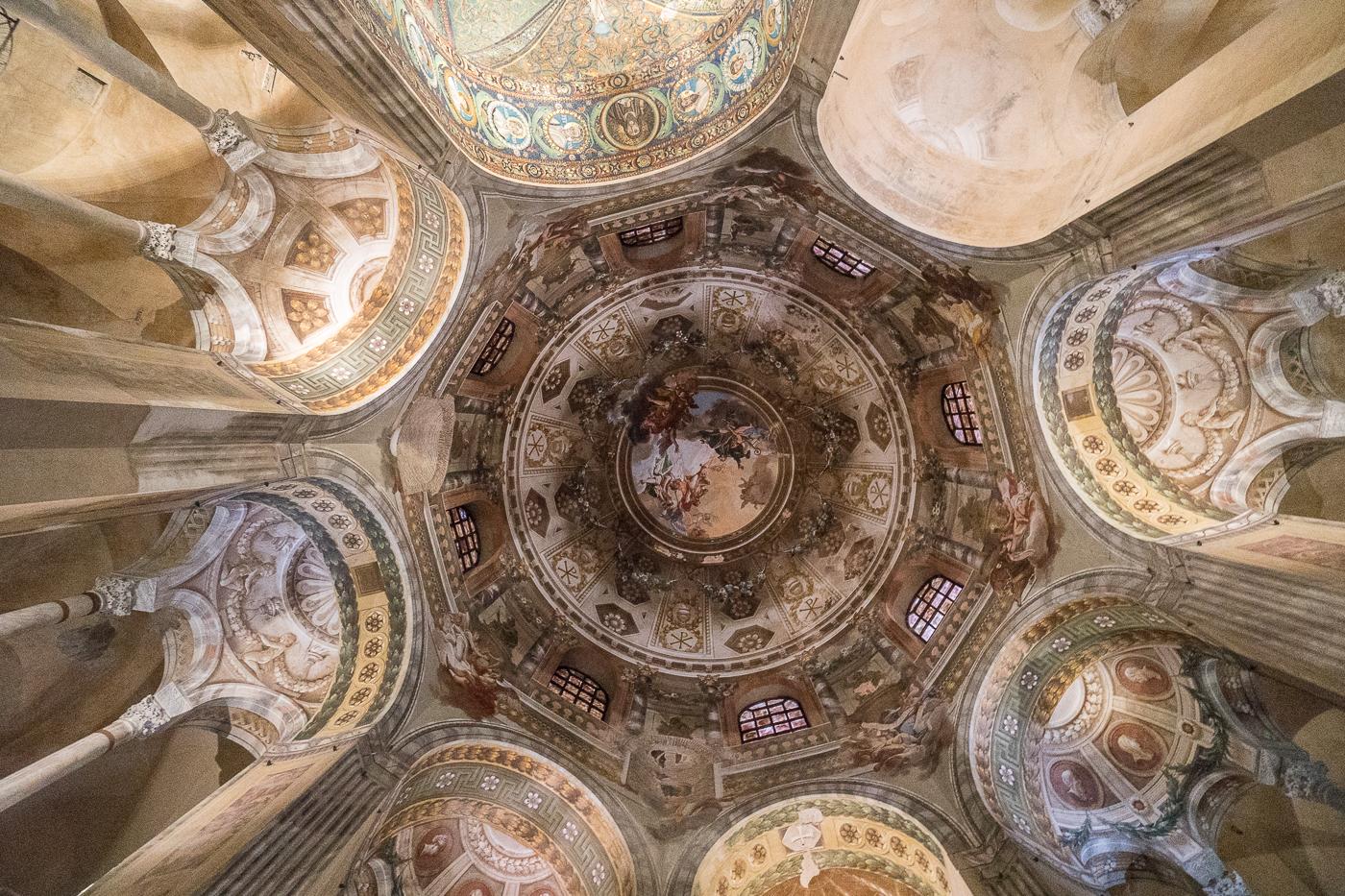 plafond de la basilique San Vitale en Émilie-Romagne