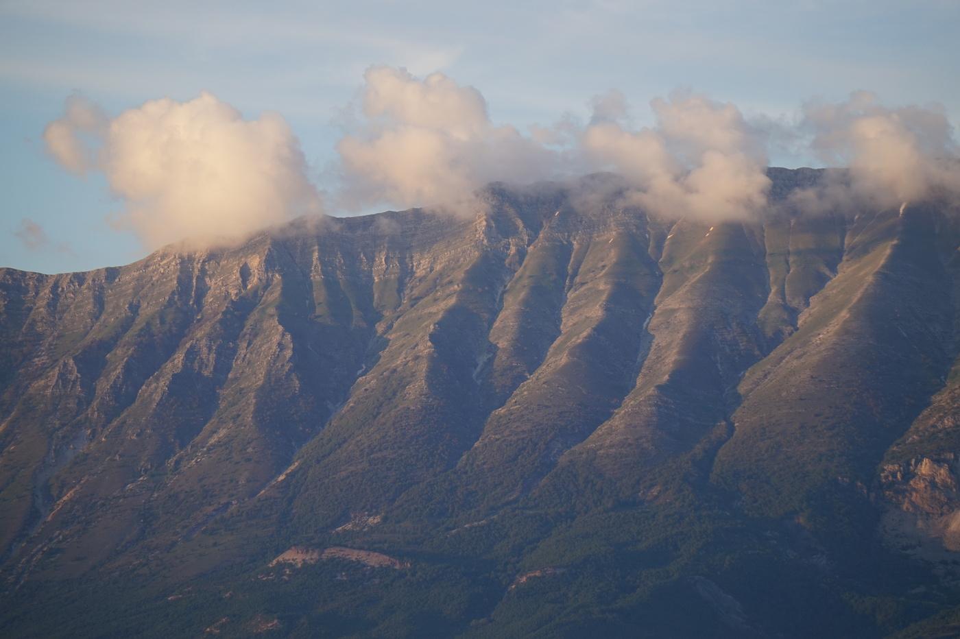 Gjirokaster et ses montagnes dans les nuages
