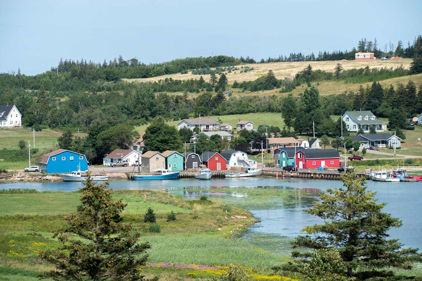 Paysage de French River aux hangars de pêcheurs multicolores
