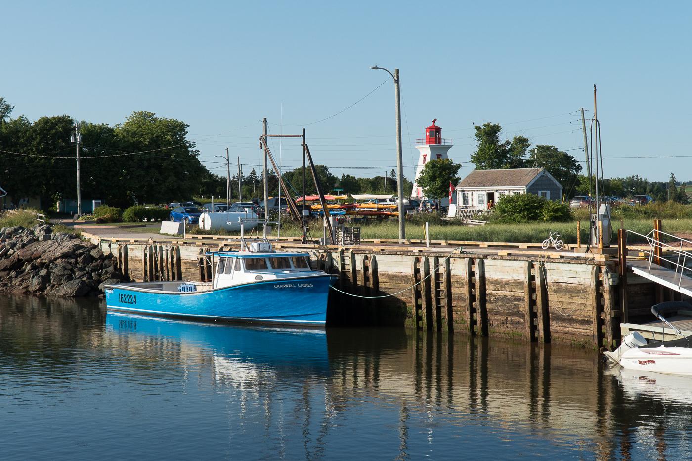 Phare et port avec bateau bleu à Victoria-by-the-Sea, IPÉ