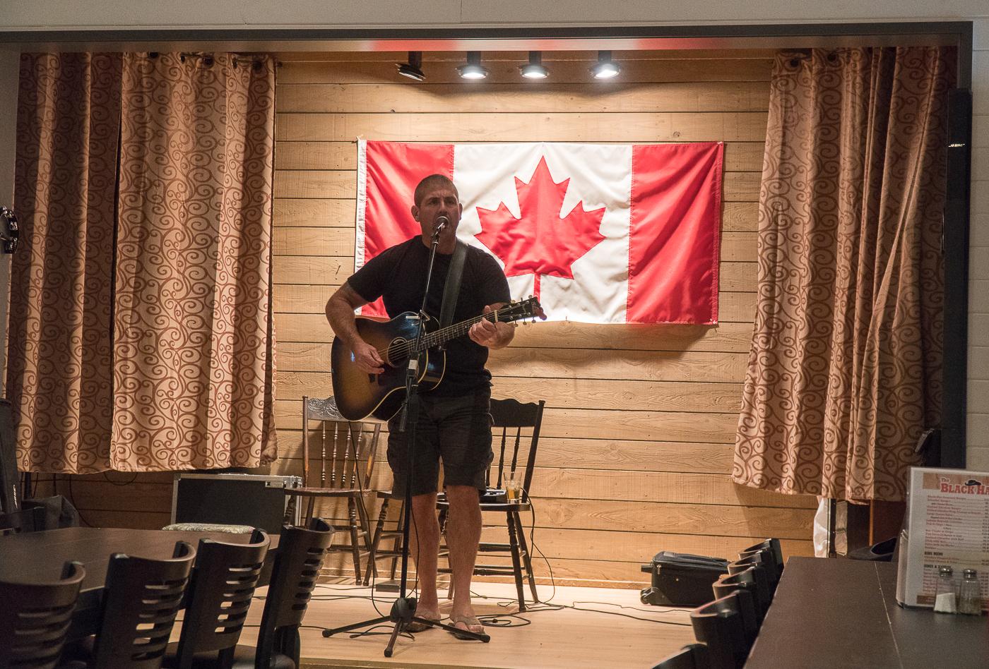 Chanteur et drapeau du Canada - Stompin' Tom Centre à faire à l'île-du-Prince-Édouard