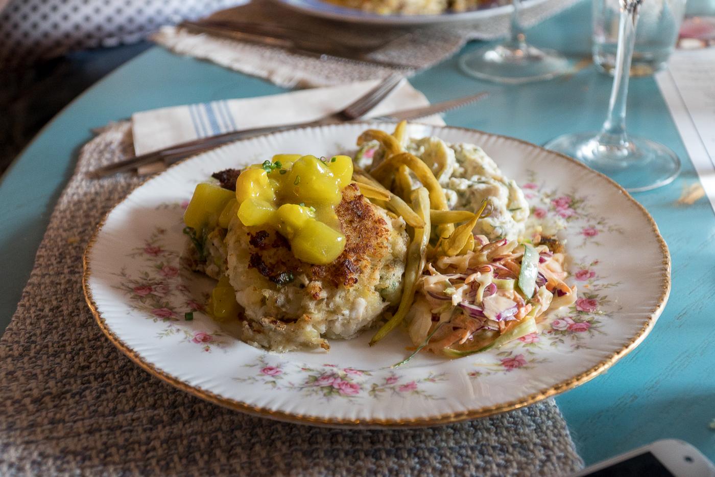 Crabe cakes et haricots jaunes classiques incontournables à l'Île-du-Prince-Édouard