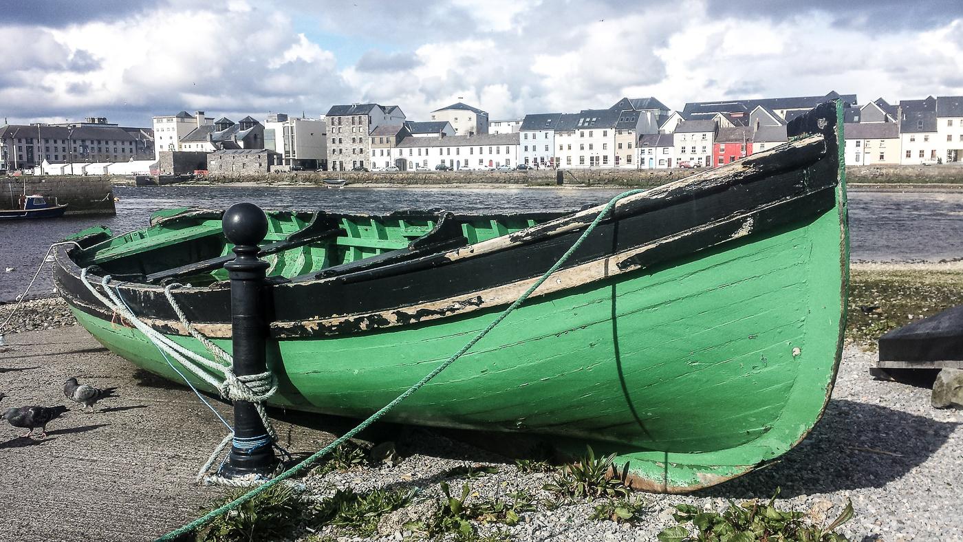 Bateau vert à Galway en Irlande de Pixabay