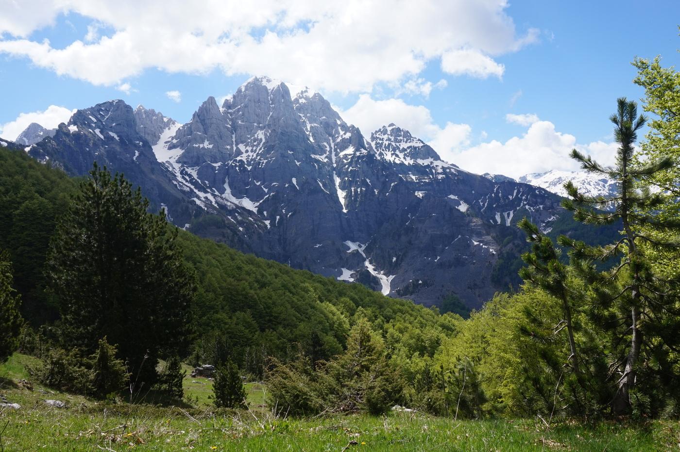 Montagnes enneigées et Alpes en voyage en Albanie