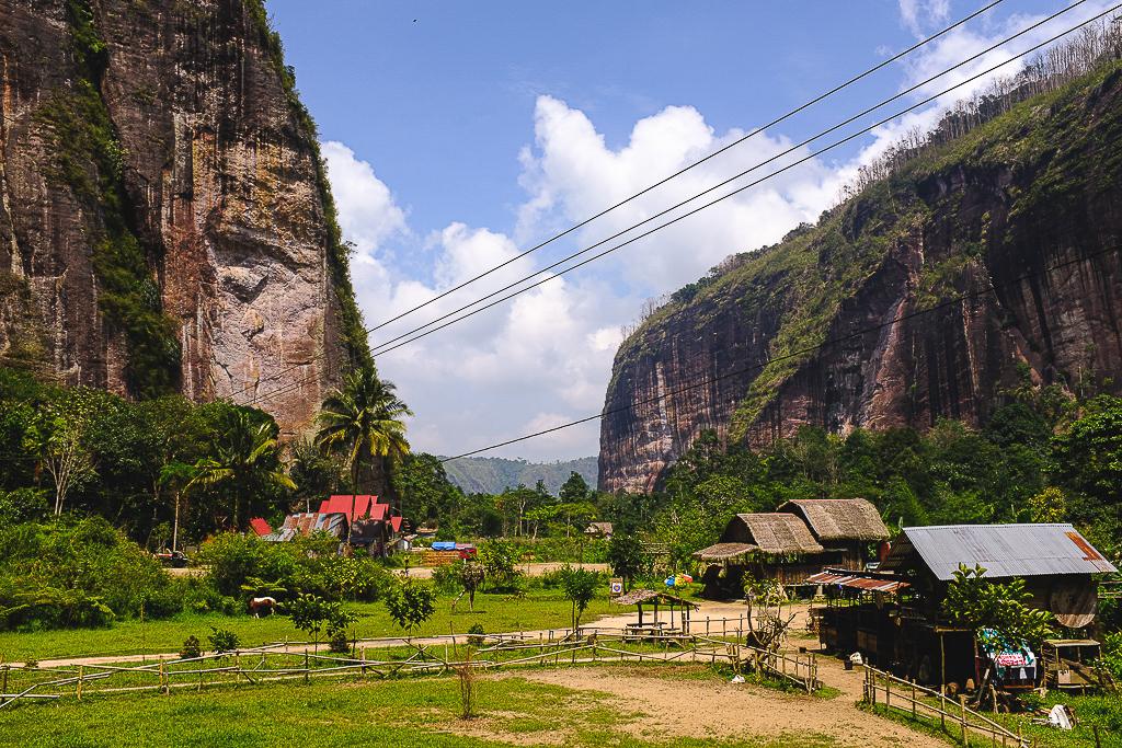 Montagnes et village de Sumatra en Indonésie par Voyager sa vie