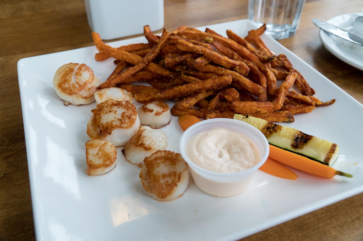 Pétoncles et frites au Northport Pier Restaurant