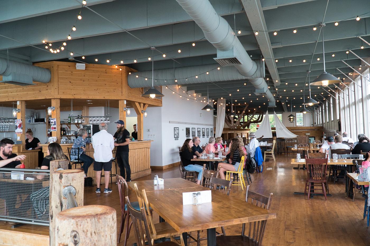 Salle à manger au Northport Pier Restaurant