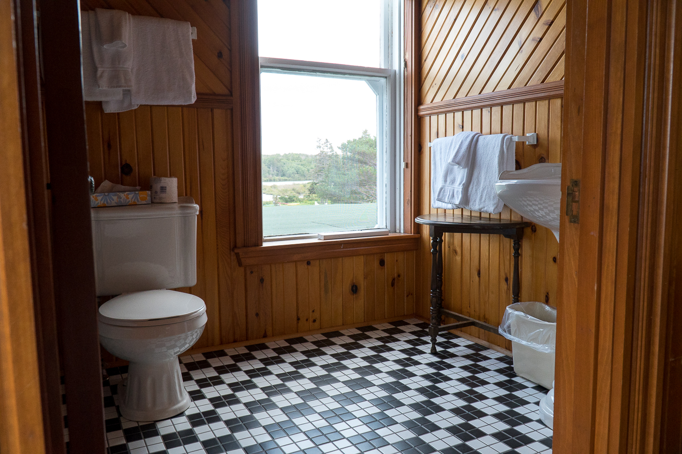Salle de bains avec plancher noir et blanc vintage de Dalvay by the Sea