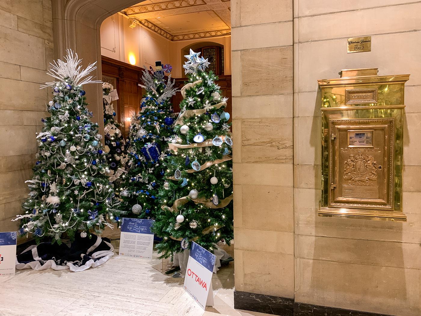 arbres de l'espoir et boîte postale dans le lobby du Fairmont Château Laurier