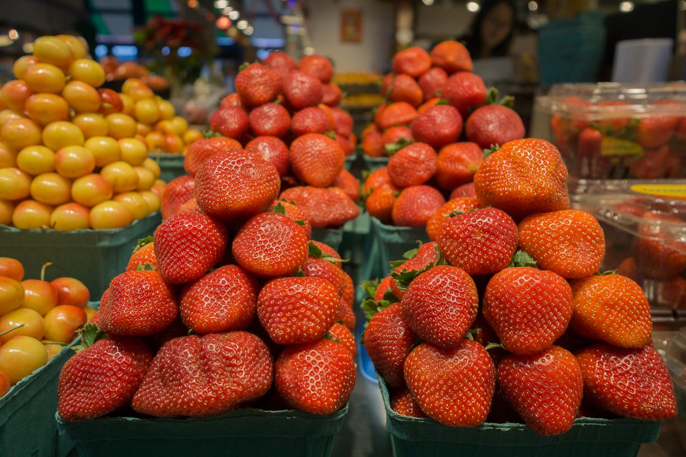 casseaux de fraises à Granville Island Market