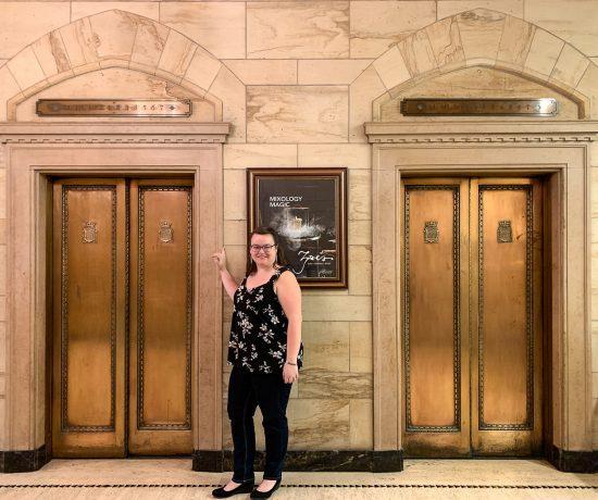 Jennifer devant ascenseurs Château Laurier
