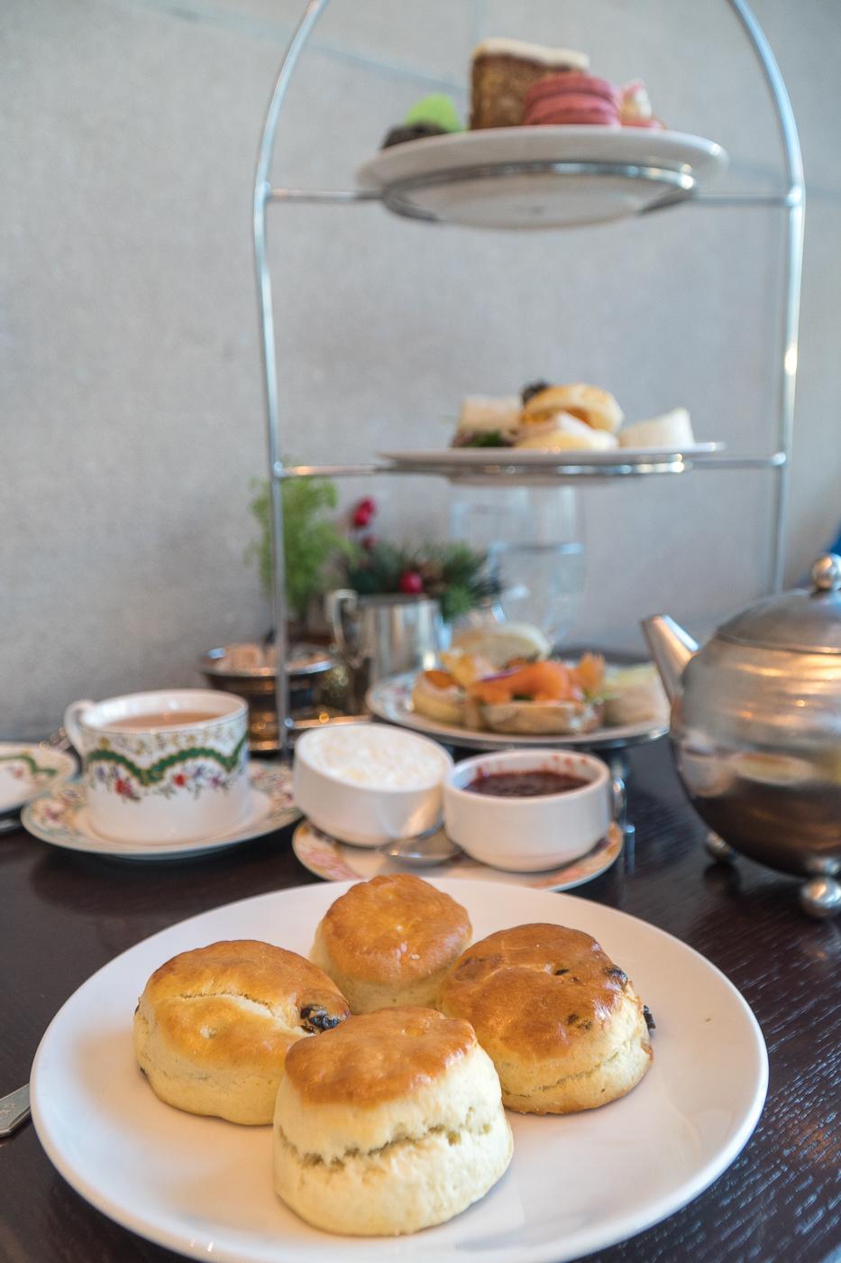 plateau de bouchées, scones et desserts - Afternoon Tea au Zoe's