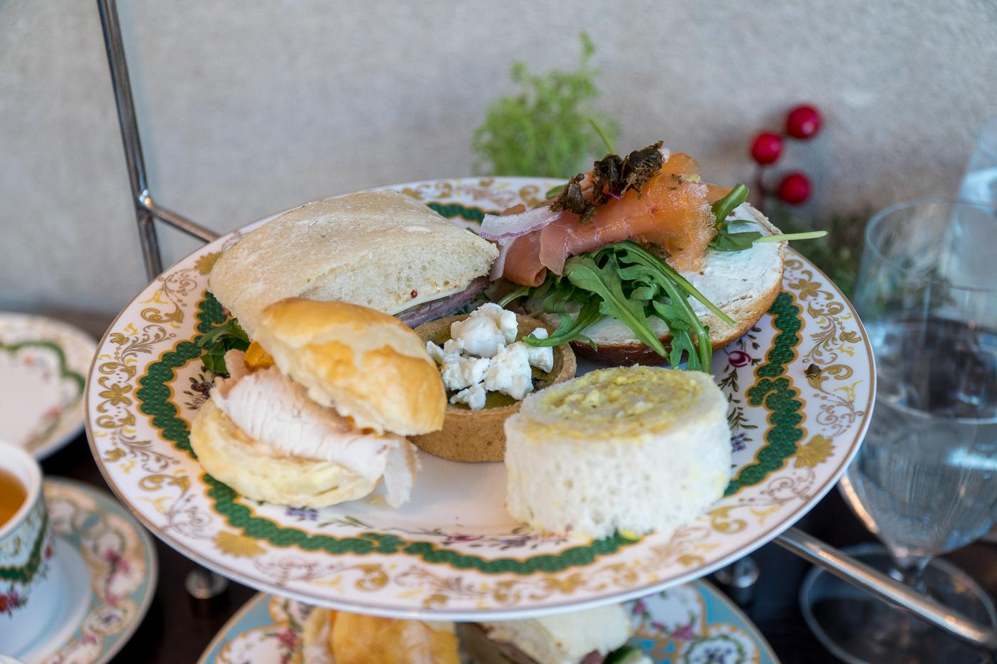 Plateau du thé à l'anglaise Holiday Tea et sandwiches