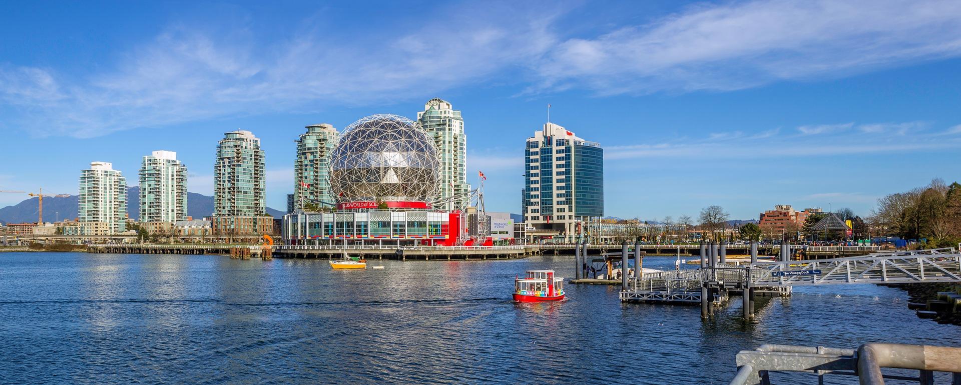 Skyline d'immeubles sur l'eau à Vancouver par George Triay sur Pixabay