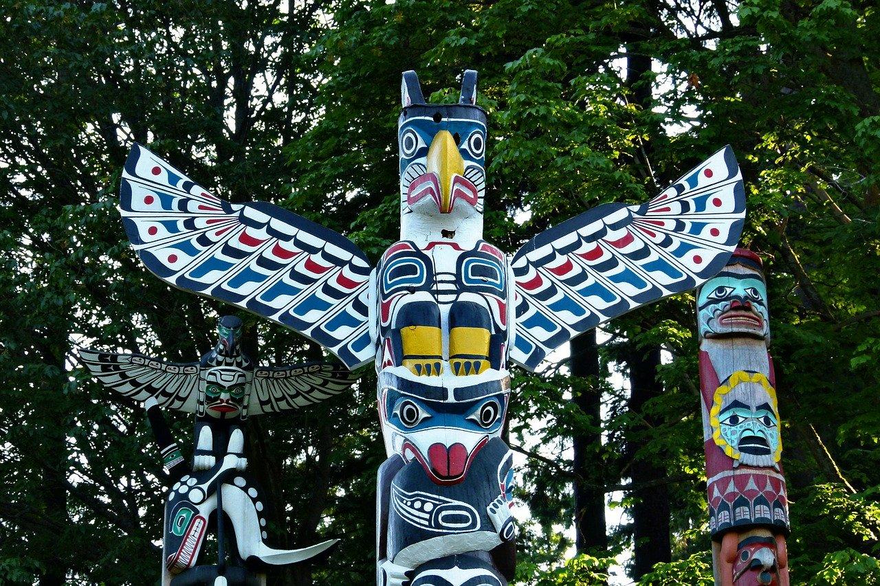 Stanley Park - Quoi faire à petit budget à Vancouver - Totems par ArtTower sur Pixabay