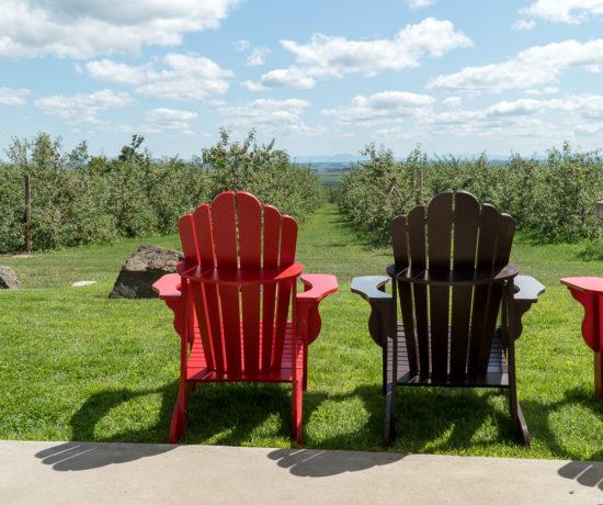 Chaises sur la terrasse panoramique de Coteau Rougemont où déguster du cidre québécois