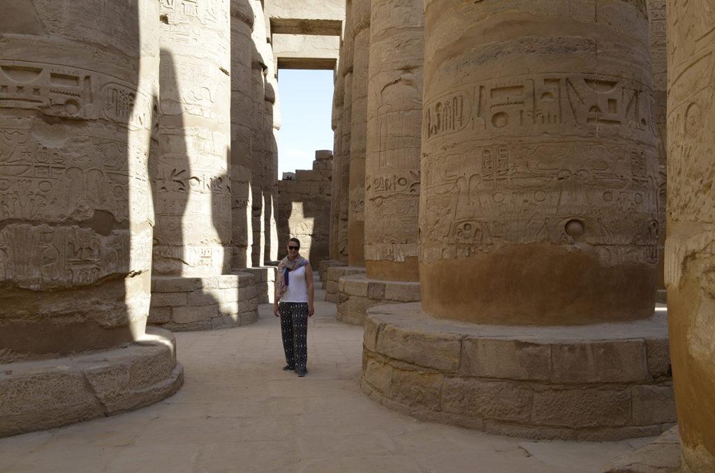 Galiane se tenant devant les colonnes du temple Karnak