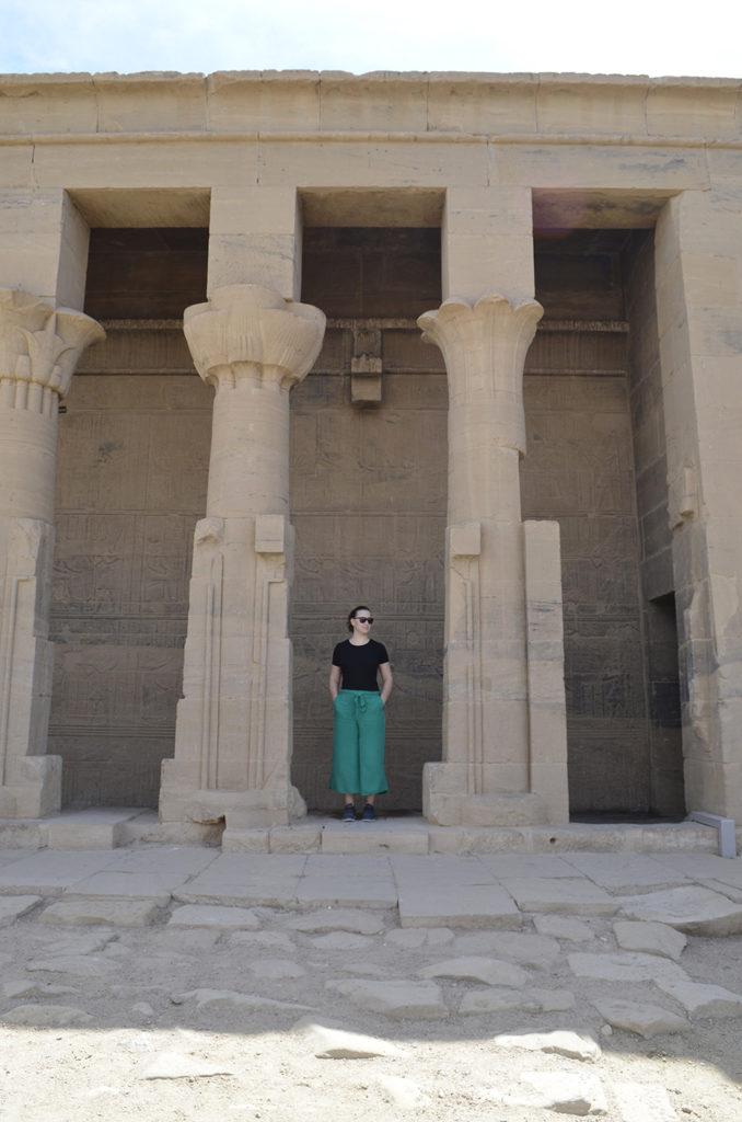 Galiane se tenant devant les colonnes du temple Philae pendant l'itinéraire en Égypte