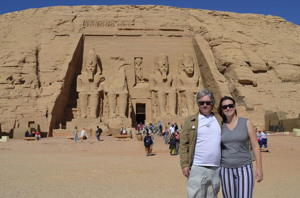 Galiane et Pierre devant le grand temple d'Abu Simbel