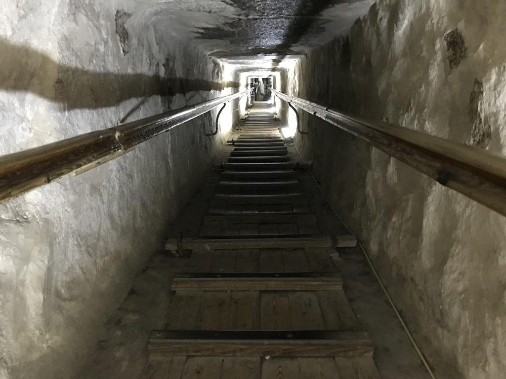 Passage dans la grande pyramide pour se rendre à la grande galerie