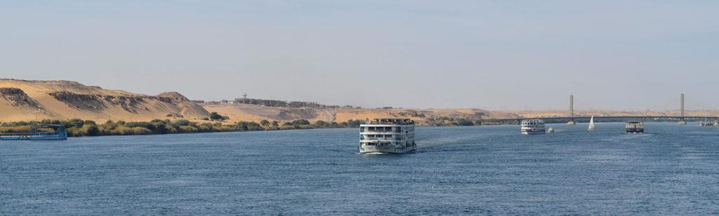Paysage depuis notre bateau durant la croisière sur le Nil. Nous croisons des bateaux similaires au nôtre.