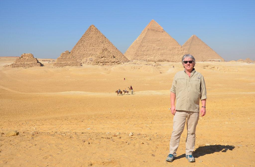 Pierre se tenant devant les pyramides de Gizeh en Égypte