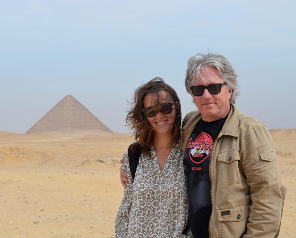 Galiane et Pierre devant une des pyramides de Dahchour