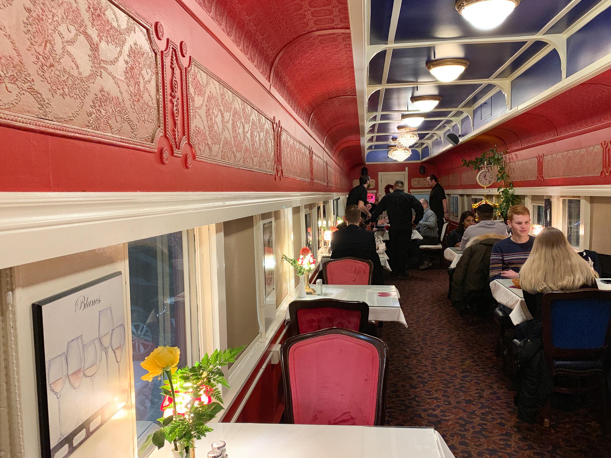 Intérieur du wagon restaurant du Resto Gare