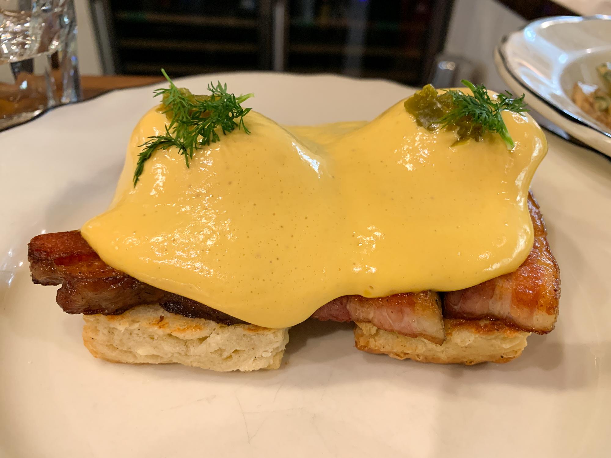 oeufs bénédictine avec bacon chez Clementine Café à Winnipeg